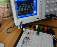 ウィーンブリッジ回路を作製しオシロスコープで実際の波形を確認している画像。